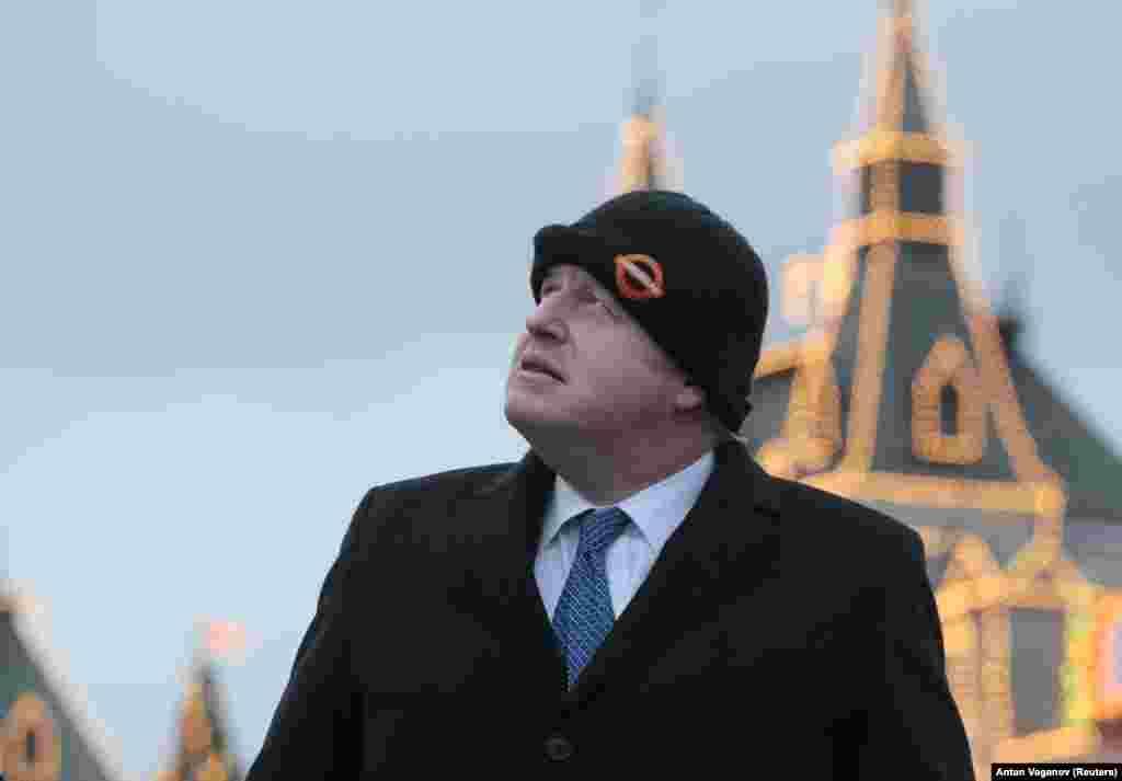 РУСИЈА - Британскиот министер за надворешни работи Борис Џонсон му рекол во Москва на својот руски колега, Сергеј Лавров, дека сака да разговараат за тешки теми како што е припојувањето на Крим и како што тој тврди, руското дестабилизирање на Западен Балкан. Посетата на Џонсон на Русија се случува во моменти кога односите меѓу Лондон и Москва се затегнати поради различни ставови по повод Украина и Сирија.