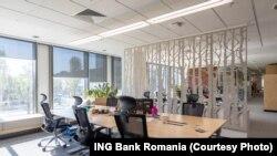 Опустевший во время пандемии банковский офис в Румынии.