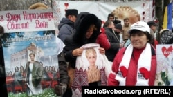 Сторонники Юлии Тимошенко держат поздравительные плакаты во время акции по случаю ее дня рождения. Харьков, 27 ноября 2012 года.
