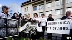 Udruženja i porodice žrtava ispred Tribunala u Hagu, 4. jul 2011.
