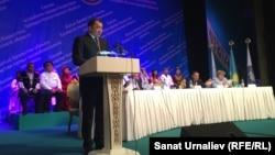 Аким Западно-Казахстанской области Нурлан Ногаев выступает на сессии Ассамблеи народа Казахстана. Уральск. 28 мая 2015 года.