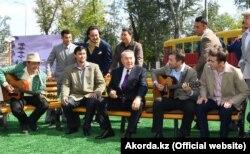 Президент Казахстана Нурсултан Назарбаев (в центре) во время посещения реконструированного парка в Темиртау. 7 сентября 2018 года.