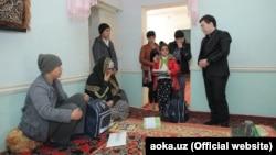 Сотрудник АИМК в доме погибшего в автомобильной аварии журналиста Давлата Назара.