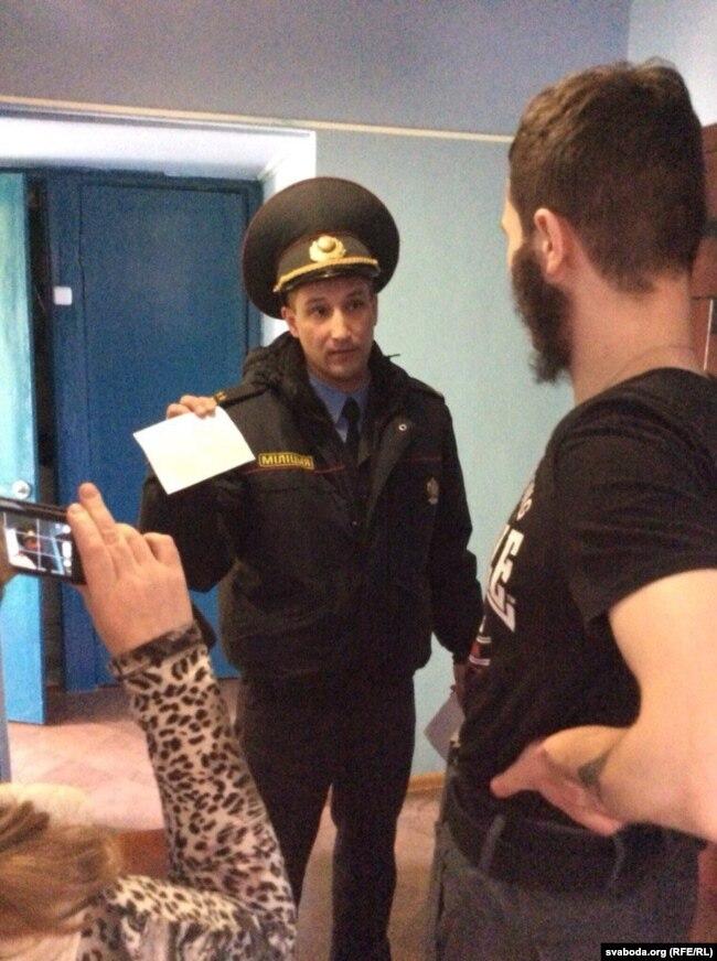 Падпалкоўнік Рудзько затрымлівае актывіста Яўгена Васьковіча (архіўнае фота)