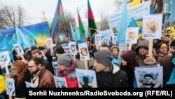 Украінскія ікрымскататарскія актывісты трымаюць партрэты зімёнамі ахвяраў расейскай анэксіі Крыму падчас мітынгу ўКіеве, 26лютага 2017 году