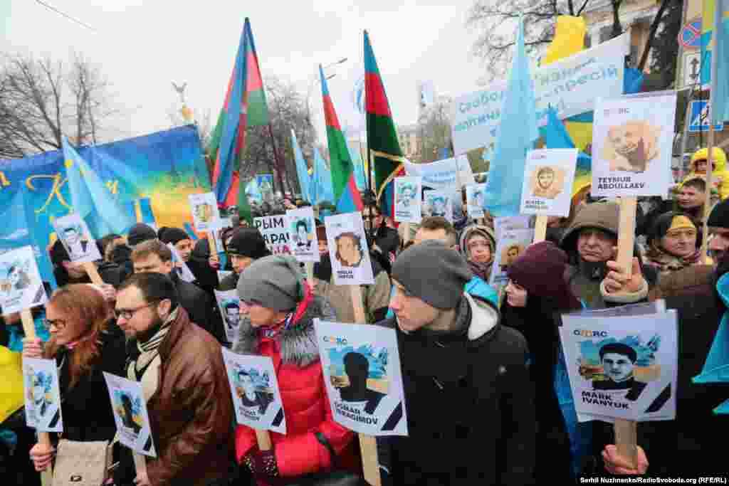По данным крымских следователей, в тот день в результате давки и столкновений погибли двое митингующих, 79 человек получили телесные повреждения различной степени тяжести