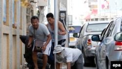 Жители Хуахина прячутся после взрыва бомбы (12 августа 2016 года)