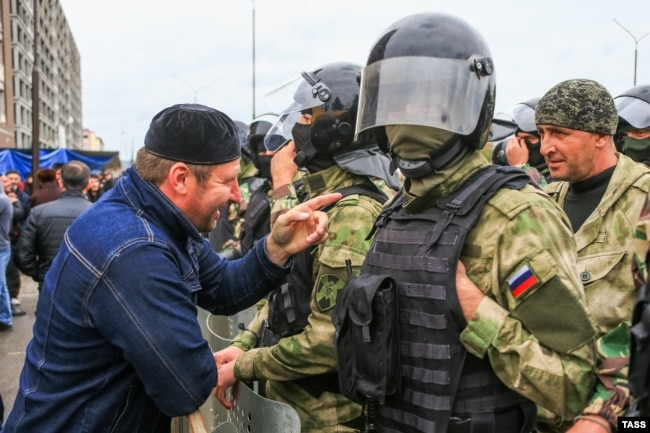 Магас, 5 октября, участник акции протеста и полицейский