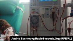Hemodializ aparatına qoşulmuş xəstə, arxiv foto