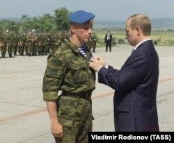 """Владимир Путин вручает орден """"За военные заслуги"""", Приштина, 2001 год"""