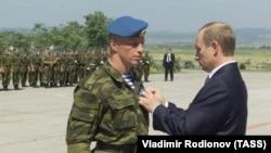 """Vladimir Putin """"Harbiy xizmatlari uchun"""" ordenini bermoqda. Prishtina, 2001 yil"""