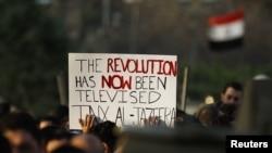 Protestues egjiptiane jashte ndertesës se AlJazeera-s në Kajro, foto nga akrivi