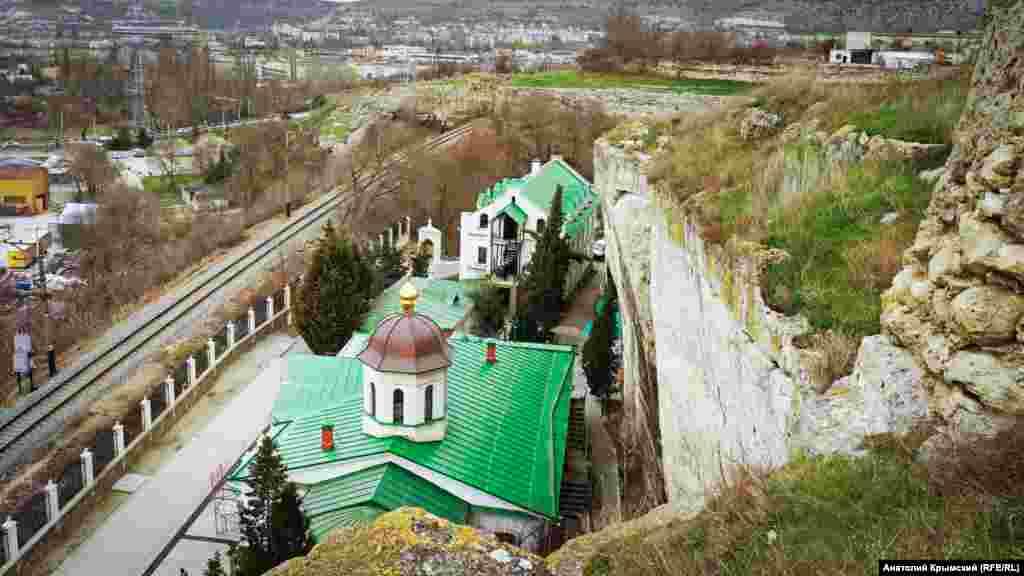 Вид на Свято-Климентівський монастир із Монастирської скелі