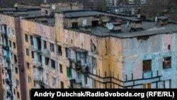 Ілюстративне фото. Багатоповерховий будинок після обстрілів. Авдіївка, березень 2016 року