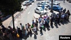 Izraelci čekaju u redu za gas maske koje se dele zbog moguće vojne intervencije u Siriji