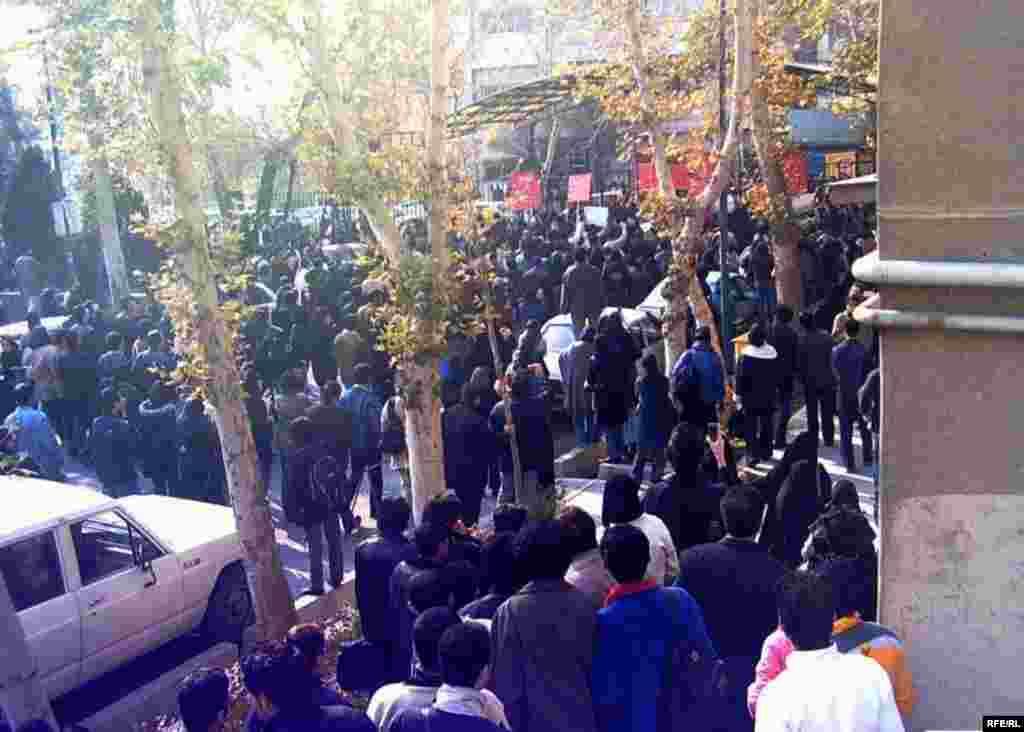 خبرنامه امیرکبیر تعداد دانشجویان حاضر در تجمع را بیش از دوهزار نفر اعلام کرده است.