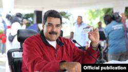 "Николас Мадуро с картой ""социалиста-патриота"""