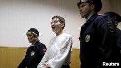 Надежда Савченко (ортада) Мәскеуде сот ғимаратында. 17 сәуір 2015 жыл.
