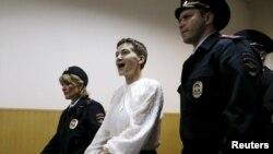 Надежда Савченко (в центре) в здании суда. Москва, 17 апреля 2015 года.