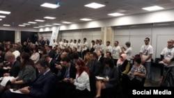 Эътирози хомӯши мухолифони тоҷик дар маҷлисгоҳи САҲА дар Варшава