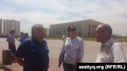 Жители Южно-Казахстанской области Абдырахман Касымбеков (слева), Айгуль Орынбек и Кыдырали Дуйсенбек на площади перед акиматом региона. Шымкент, 21 мая 2018 года.