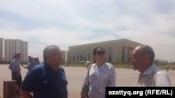 Жители Южно-Казахстанской области Абдырахман Касымбеков (слева), Айгуль Орынбек и Кыдырали Дуйсенбек на площади в городе Шымкенте. 21 мая 2018 года.