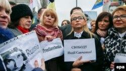 Юлія Тимошенко (в центрі праворуч) на акції на підтримку Надії Савченко перед посольством Росії в Києві, 9 березня 2016 року