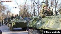Архивное фото: российская военная техника для парада в Керчи, 29 апреля 2015 года