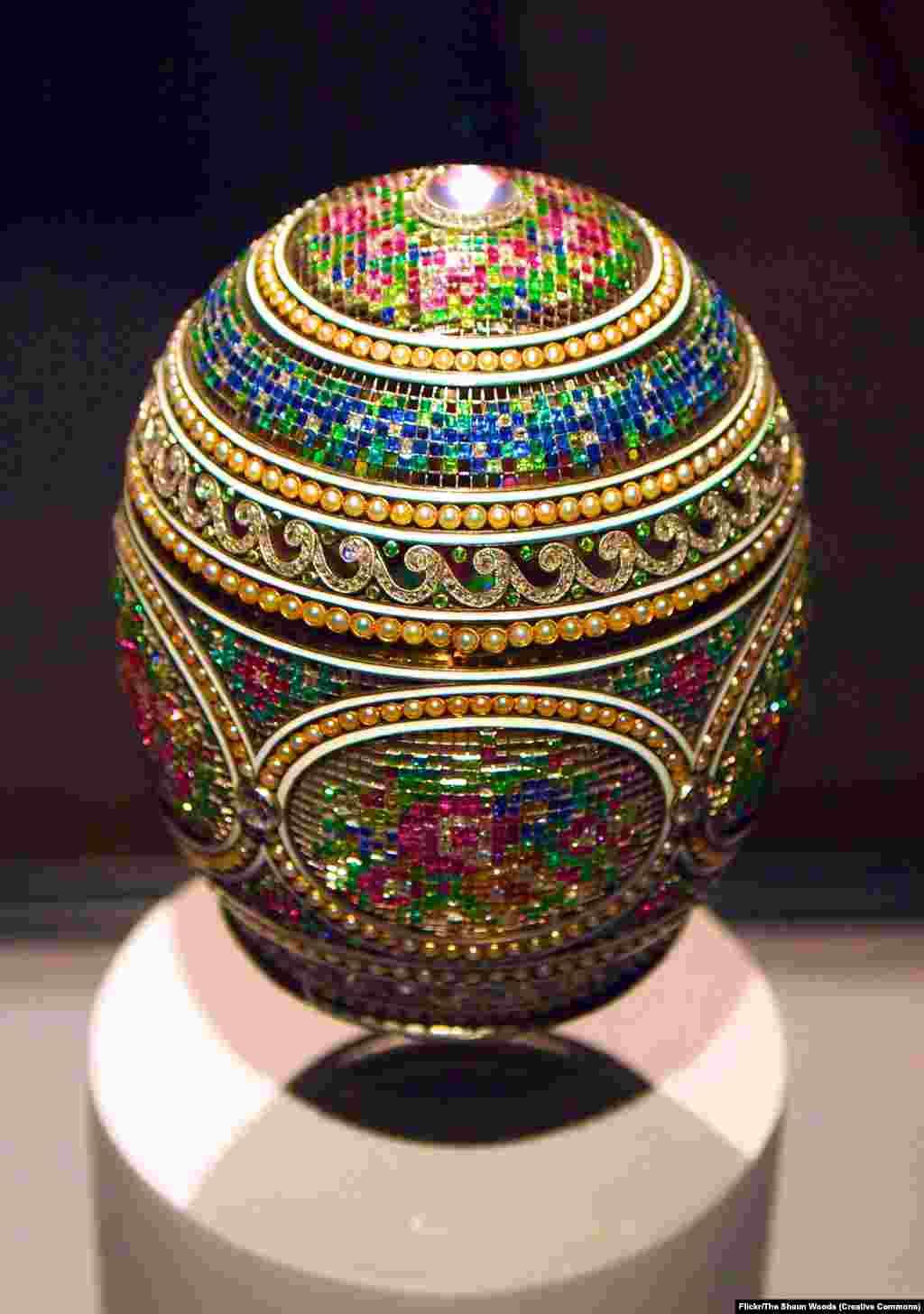 'Veza Mozaik'. Në Rusi është traditë që gjatë Pashkëve të bësh dhuratë vezë të dekoruara, si një simbol i rilindjes dhe pjellshmërisë. Carët dhe argjendarët e tyre të zgjedhur e ngritën traditën e ortodoksëve në një art spektakolar. Por përderisa diamantët po shëndrrisnin në dhomat mbretërore, Rusia po rrëshqiste në trazirë.