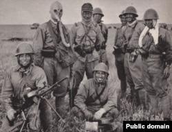 Японские солдаты на Халхин-Голе в советском противогазе и со снятым с подбитого танка советским пулемётом ДП-27, 1939 год