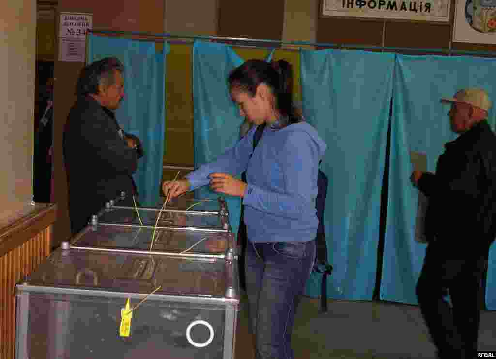 A woman casts a ballot in Dnipropetrovsk, in eastern Ukraine