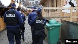 Брюссель көшесінде жүрген полицейлер. Бельгия, 27 қараша 2015 жыл. (Көрнекі сурет.)