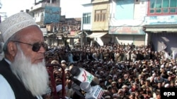 The leader of an Islamic political party in Swat, Qari Abdul Waheed, addresses residents after the deal was struck on Shari'a law.