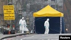Поліцейські та криміналісти оглядають місце теракету на Ветсмінстерському мосту. Лондон, 23 березня 2017 року