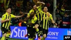 Фудбалерите на Борусија Дортмунд го прославуваат пласманот во полуфиналето