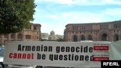 Yerevandakı mitinqlərin əksəriyyətini 5.7 milyonluq erməni diasporunun maliyyələşdirdiyi «Daşnaksütun» partiyası təşkil edir