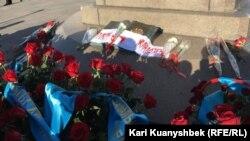 Венки и цветы, возложенные гражданскими активистами к Монументу Независимости в центре Алматы в память о жертвах Жанаозенских событий 2011 года и Декабрьских событий в Алматы 1986 года. 16 декабря 2015 года.