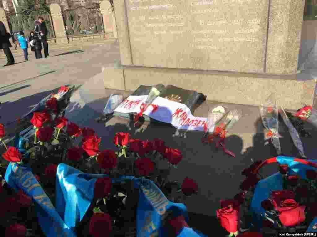 Венки и цветы, возложенные гражданскими активистами к Монументу Независимости в центре Алматы в память о жертвах Жанаозенских событий 2011 года и Декабрьских событий в Алматы 1986 года.