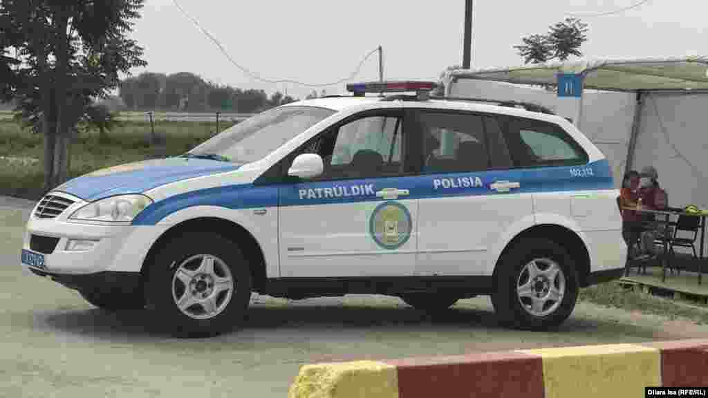 Мақтаарал ауданындағы блокпостта тұрған полиция көлігі.