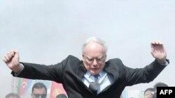 Посол США в Турции Джеймс Джеффри прыгает через костер во время Навруза