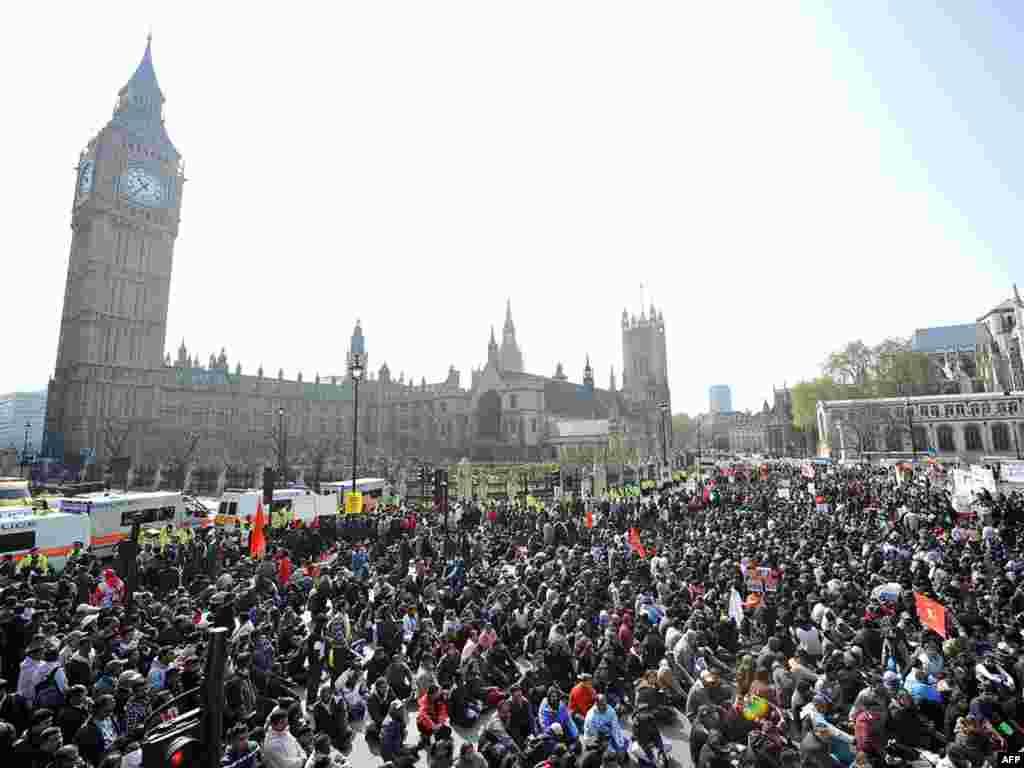Тамилы, требующие прекращения огня между силами правительства Шри-Ланки и сепаратистами движения «Тигры освобождения Тамил-Илама», блокируют улицы вокруг британского парламента в Лондоне