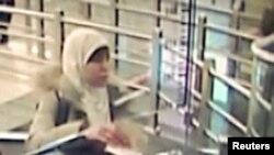 Гражданка Франции Хаят Бумедьен, подозреваемая в пособничестве боевикам-исламистам, переходит границу Турции с Сирией. 2 января 2015 года.