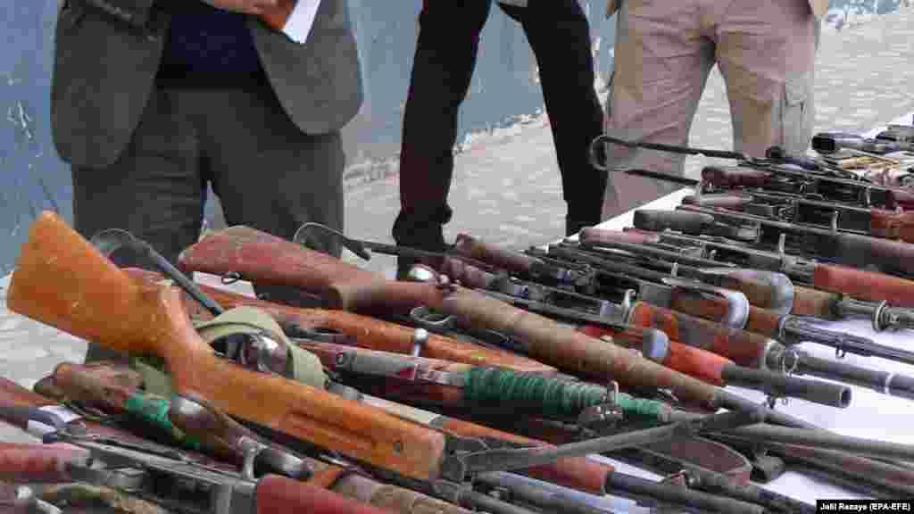 АЛБАНИЈА - Секој што во Албанија ќе се движи со оружје без дозвола ќе биде уапсен, изјави денеска генералниот директор на албанската полиција Арди Велиу. Тој на денешната прес конференција посочи дека само во првите 5 месеци од оваа година полицијата запленила 500 парчиња оружја од различен калибар, додека за поседување оружје без дозвола приведени се 400 лица.