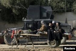 ИМ тобына қарсы шайқас жүріп жатқан Мосул қаласынан кетіп бара жатқан тұрғындар. 9 қаңтар 2017 жыл.