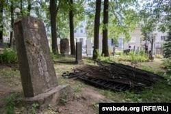 Дэмантаваныя агароджы на Вайсковых могілках у Менску