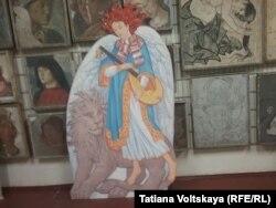 Ангел и Лев в учебном коридоре