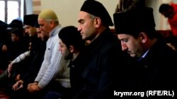Молитва крымских татар в одной из мечетей в Симферополе в память о Решате Аметове