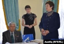 Хәнисә Алишина, Азалия Габдрәхимова, Клим Садыйков алдынгыларны тәбриклиләр
