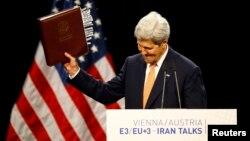 Джон Керрі тримає в руках узгоджену угоду про ядерну програму Ірану, Відень, 14 липня 2015 року