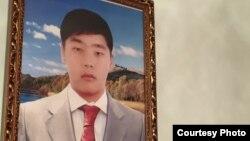 Фотография Рахата Кошерова, получившего смертельное ранение в Жанаозенских событиях подростка, на стене в доме его матери.
